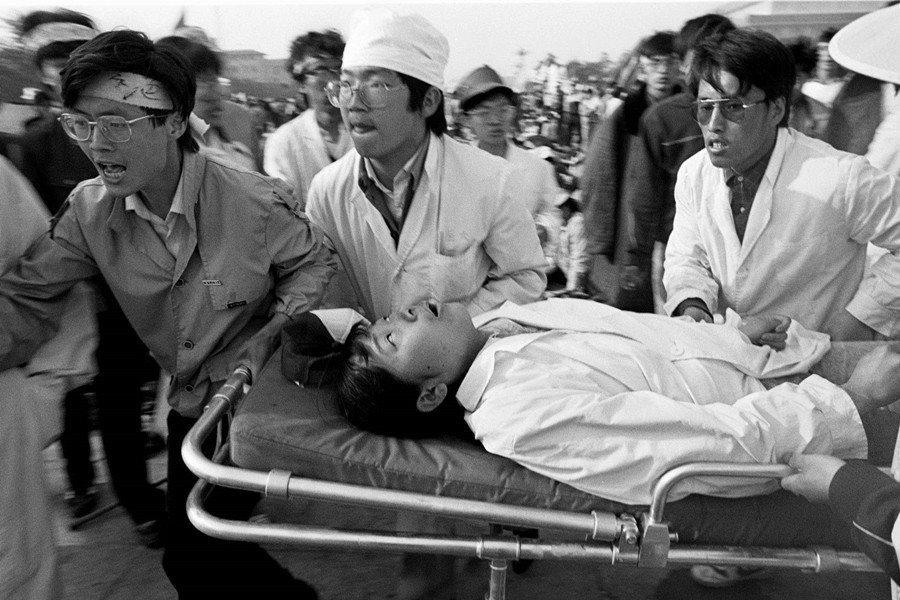 1989年5月中旬,學生發起絕食,中國其他城市陸續加入響應。圖為因絕食送醫的學生...