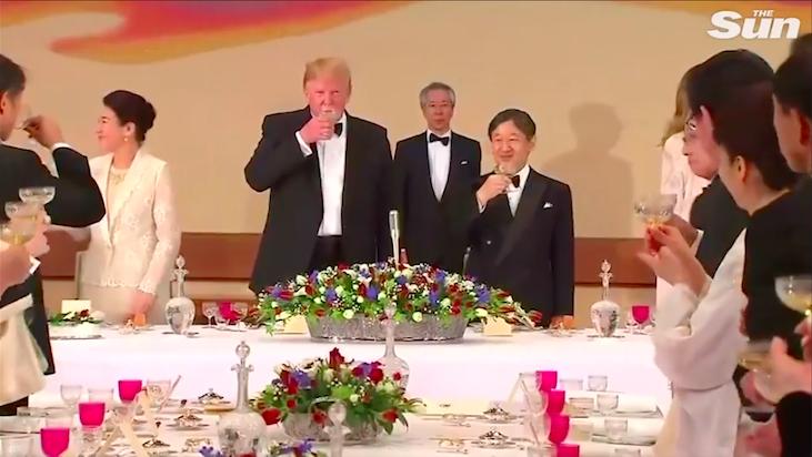 川普在晚宴中只是把酒杯拿到嘴邊作作樣子,並沒有真的喝。photo credit:...