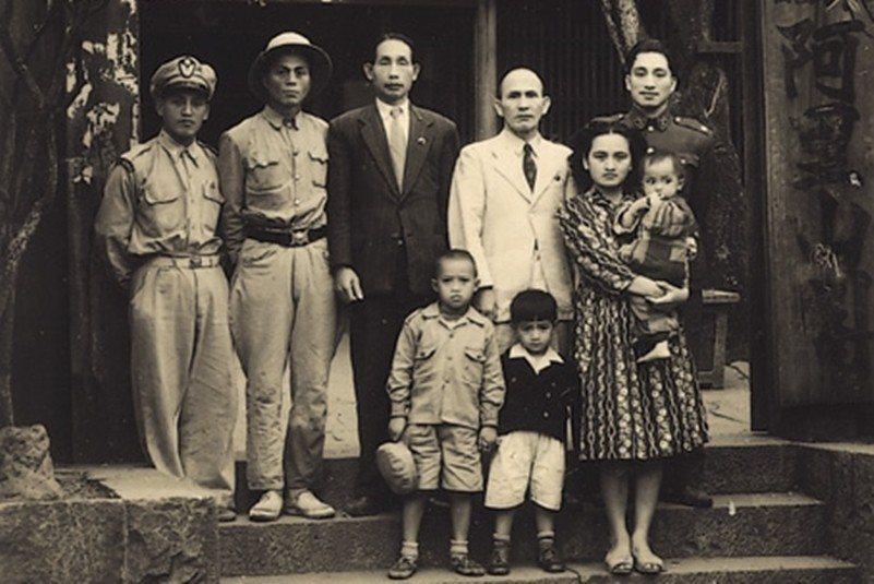 湯守仁(後右一)、林瑞昌(後右二)、高一生(後右三)合影,攝於1951年,阿里山...