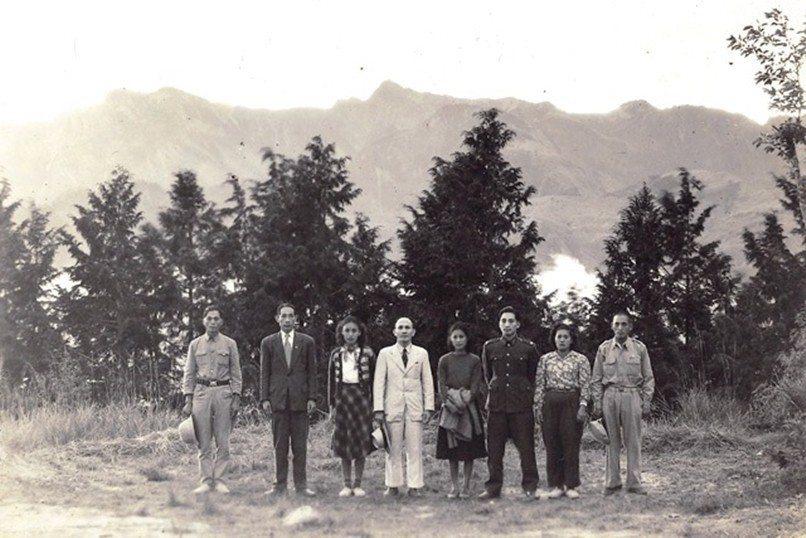 高一生(左二)、林瑞昌(左四)與湯守仁(右三),均於1954年4月17日慘遭國民政府軍殺害,攝於1951年,阿里山。 圖/維基共享