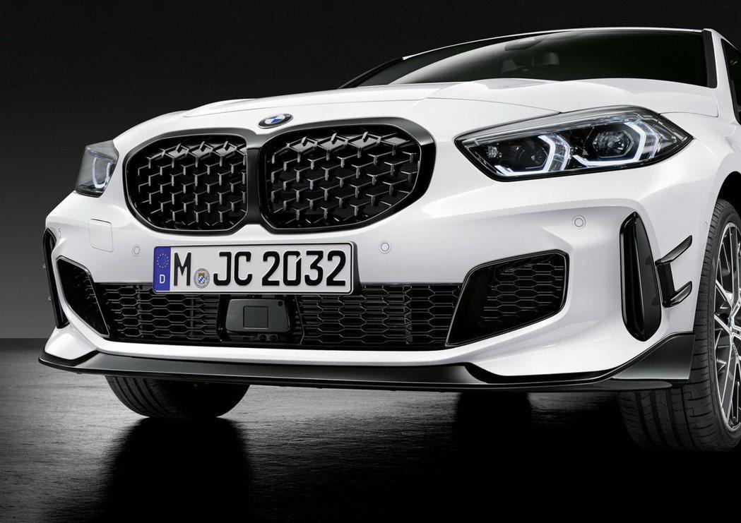 專屬1 Series的M Performance套件上,使用了大量的碳纖維材質與...