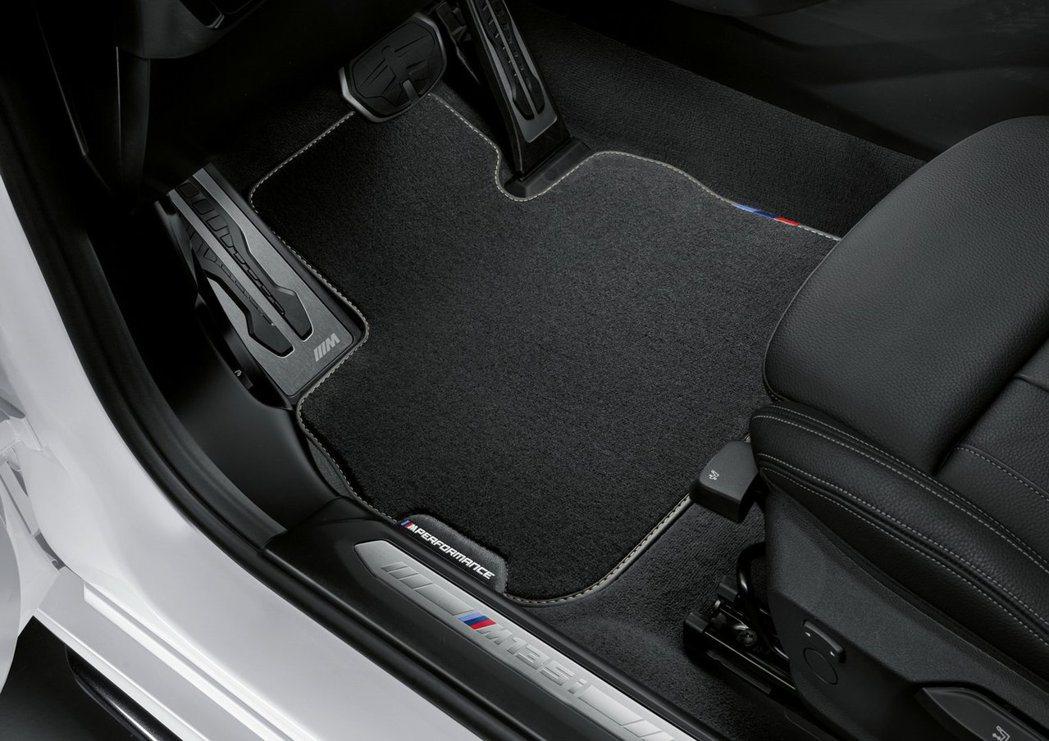 M Performance踏墊、金屬油門踏板與金屬門檻飾板。 摘自BMW