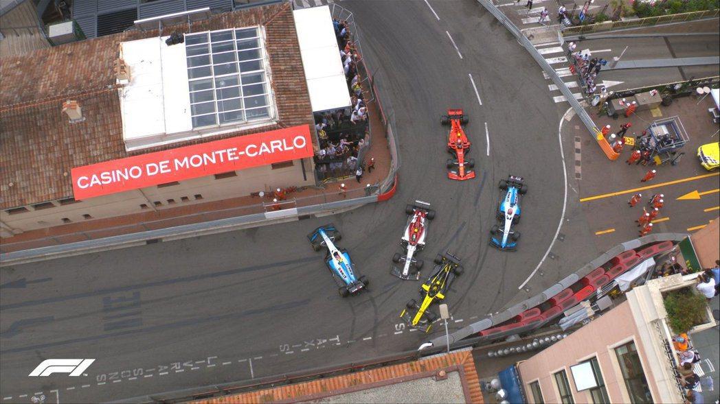 16圈Giovinazzi在第18號彎中頂了Kubica的車尾,造成後方大塞車。...