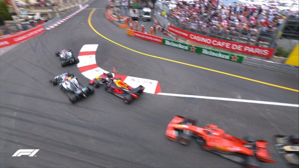 起跑後在第一彎就有激烈搶位。 摘自F1
