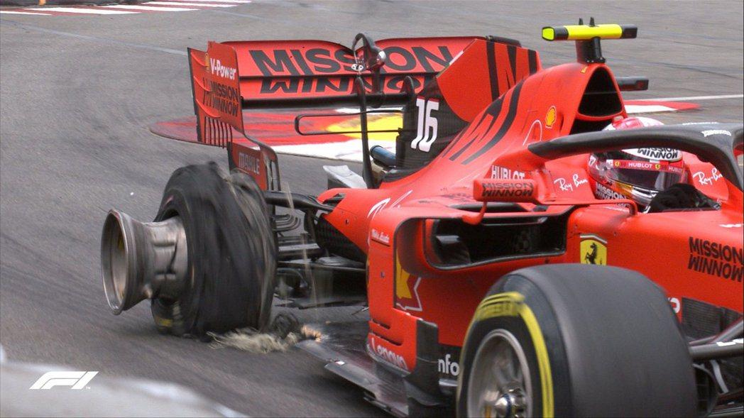Leclerc採用激進的開法導致擦碰、後輪也跟著爆胎。 摘自F1
