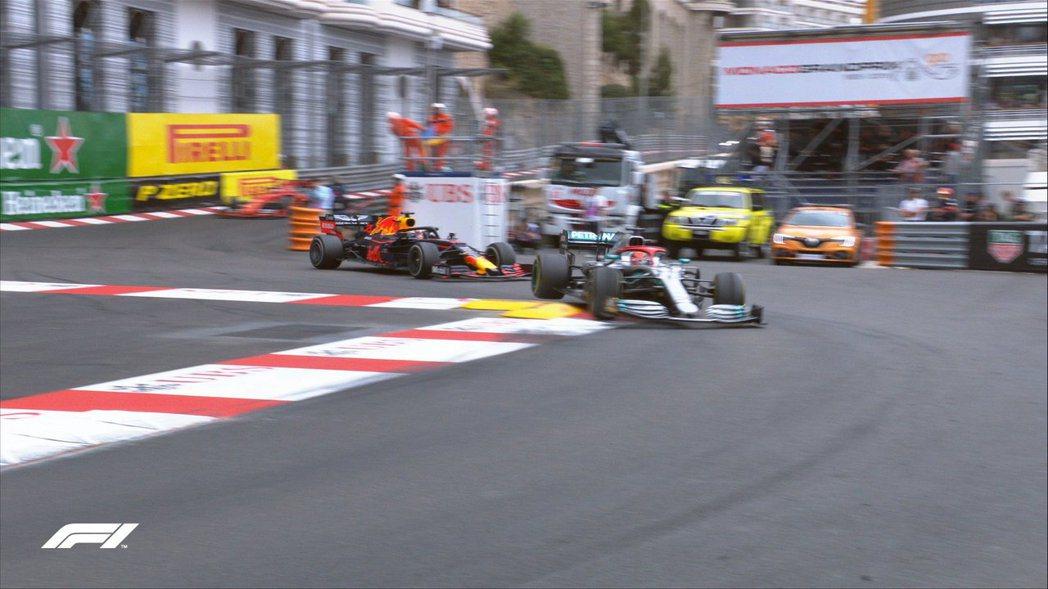 Verstappen不斷對Hamilton施加壓力,卻沒能奏效。 摘自F1