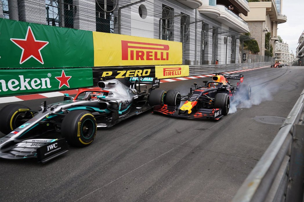 Verstappen在最後試圖硬超Hamilton。 摘自F1
