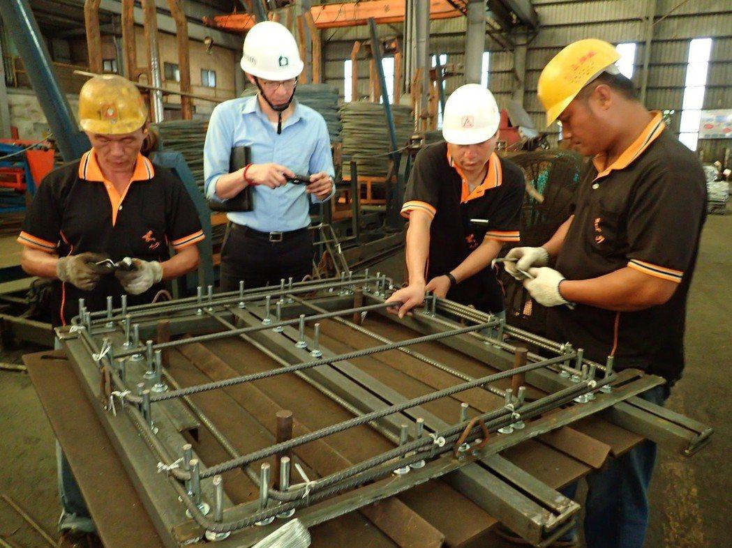 系統柱箍加工以治具定位綁固。
