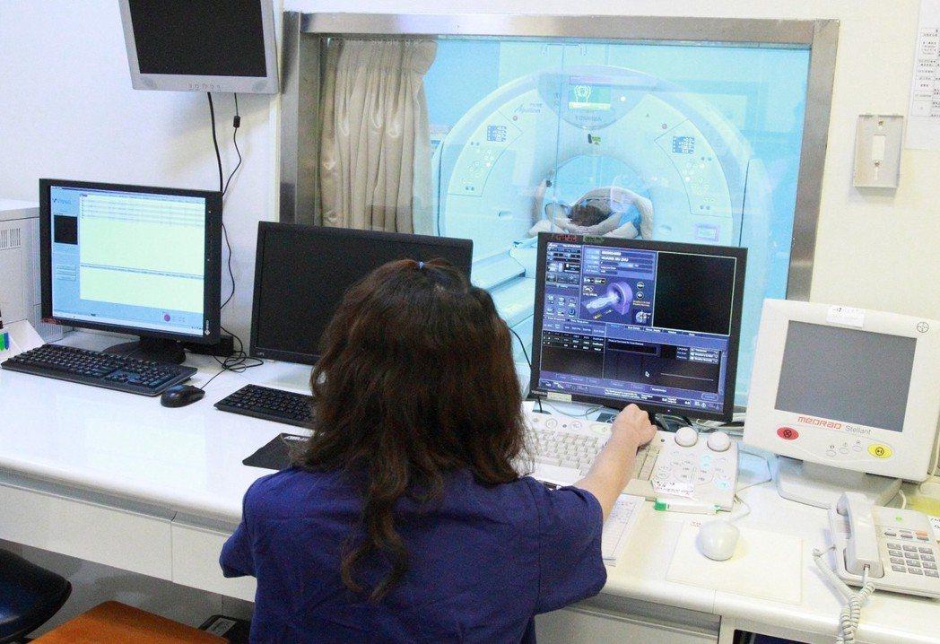 員榮醫療體系去年率先從美國引進最新的肺癌篩檢AI輔助系統,經一年實作,能縮短肺癌...
