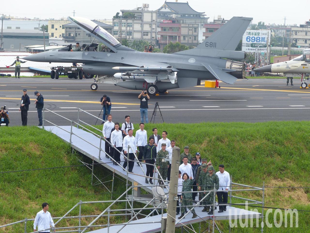 漢光演習看戰機英姿 彰化戰備道周邊好塞