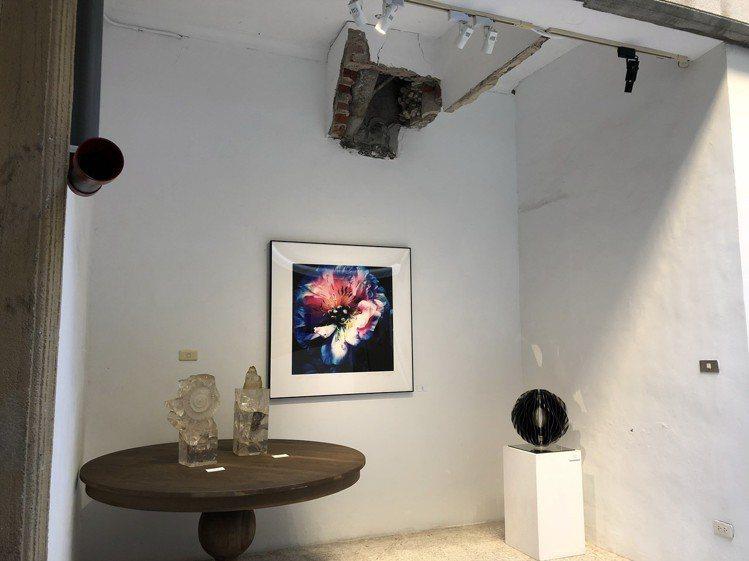 策展人杜昭賢將台南民權路特色天井街屋重回原貌,打造成B.B.Art藝廊,圖為老建...