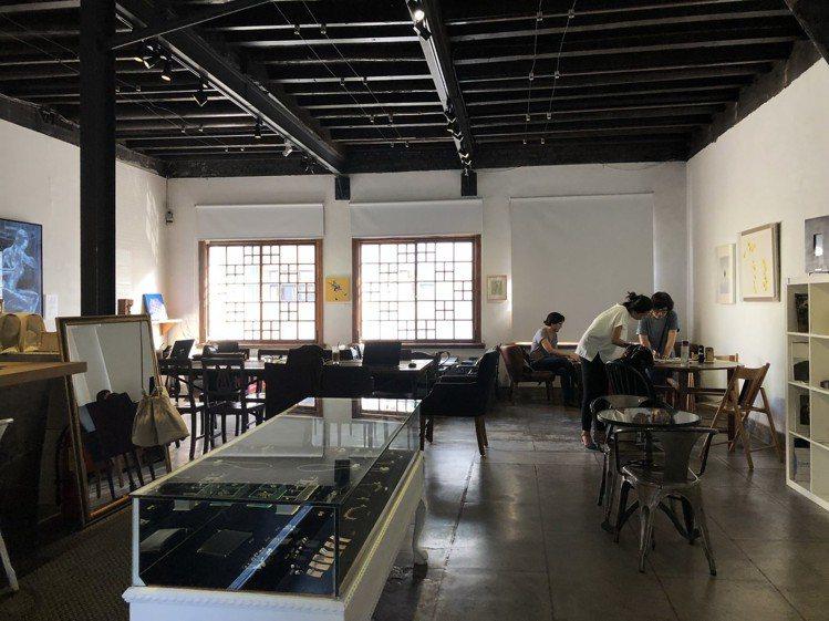 策展人杜昭賢將台南民權路特色天井街屋重回原貌,打造成B.B.Art藝廊,圖為二樓...