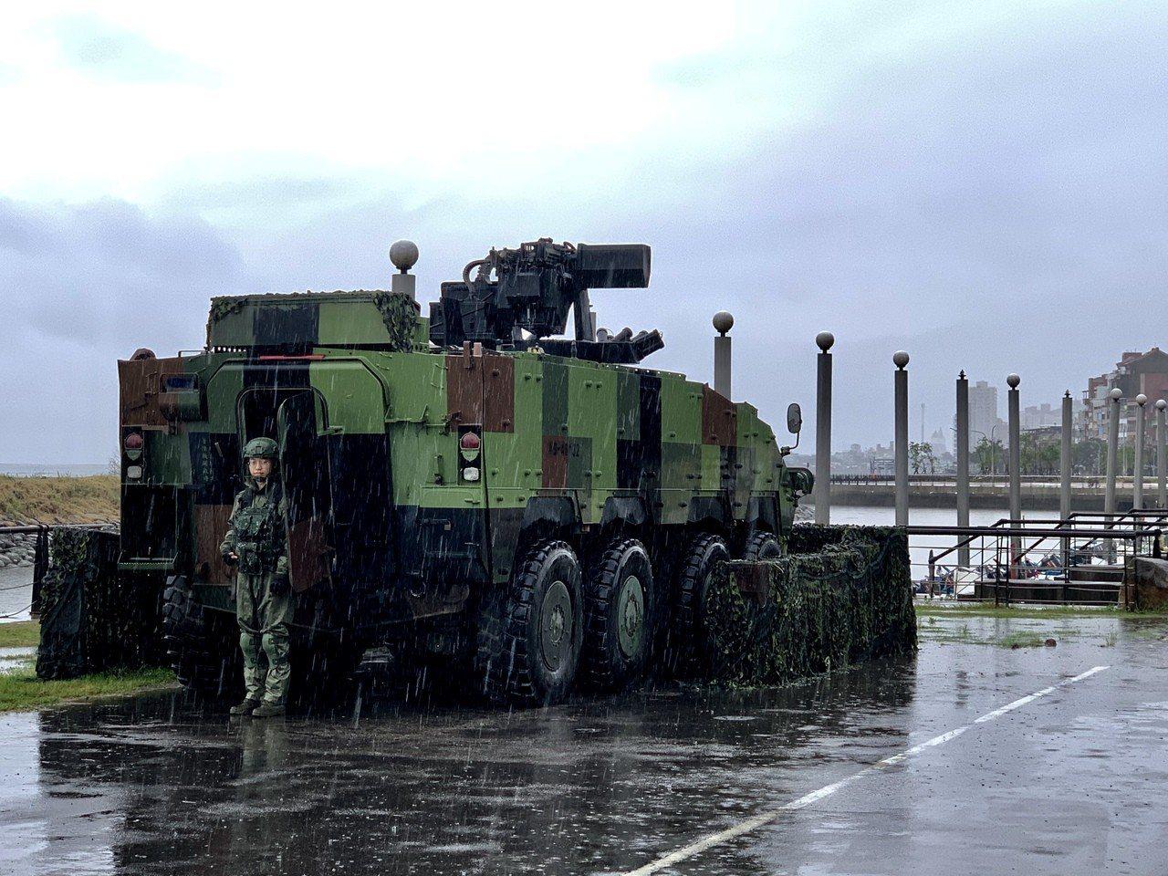 陸軍關指部雲豹裝甲車今天推進到淡水捷運站及漁人碼頭。記者洪哲政/攝影