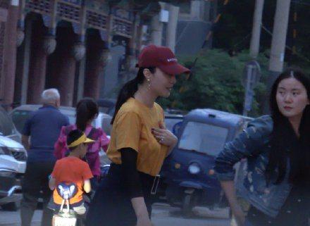 37歲中國女星范冰冰去年歷經逃稅風暴,演藝事業全面停擺,最近她積極復出,前往西藏做公益,昨日意外被捕捉拍到手戴鑽戒,小腹微凸,流露孕味,這一回似乎真的懷孕了。根據陸媒「明星世界」微博報導,有攝影師在...