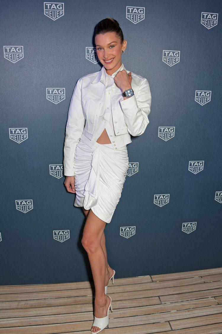 Bella Hadid以白色休閒裝,配戴了Monaco限量典藏版腕表,並感受賽車...