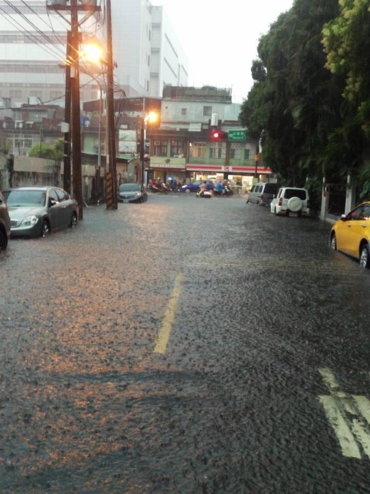桃園龜山又淹水了 水深30公分淹小腿肚