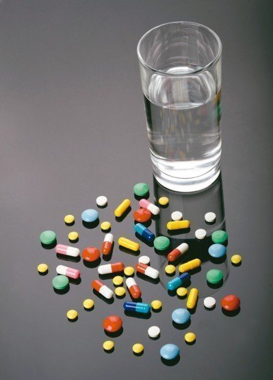 服用抗生素千萬別吞了就睡,當心食道潰瘍。圖/123RF