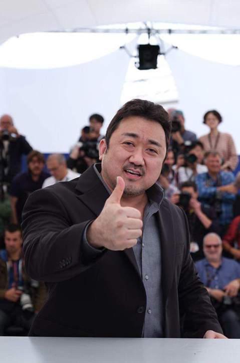 剛在坎城影展宣傳完《極惡對決》的導演李元泰將攜最強大叔馬東石6月中來台打片!他們選在6月18日來台為電影造勢,馬東石更是迫不及待地開心表示:「非常期待跟熱情的台灣粉絲們見面。」這部電影不僅在坎城影展...
