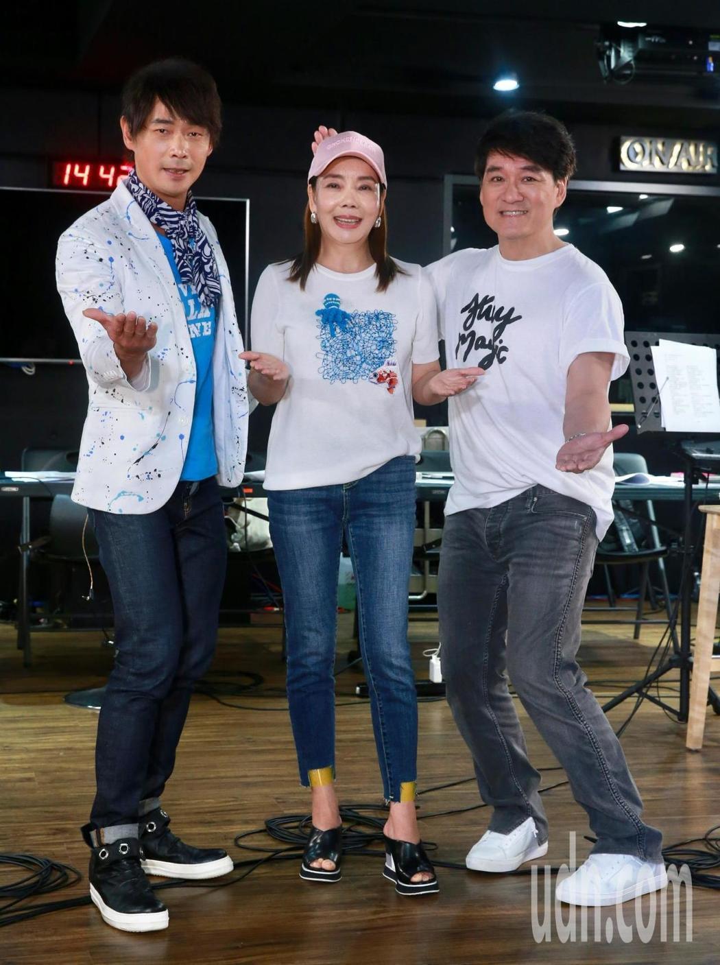 藝人黃品源(左起)、辛曉琪與周華健為了將在6月15日在台大體育館舉行的「今宵多珍