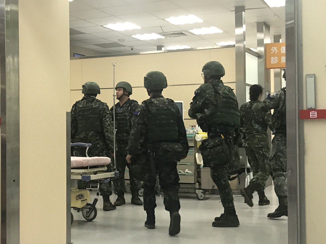 軍方強調,確切的事故原因尚在調查,十五名受傷官兵有骨折等狀況,但無生命危險。記者...