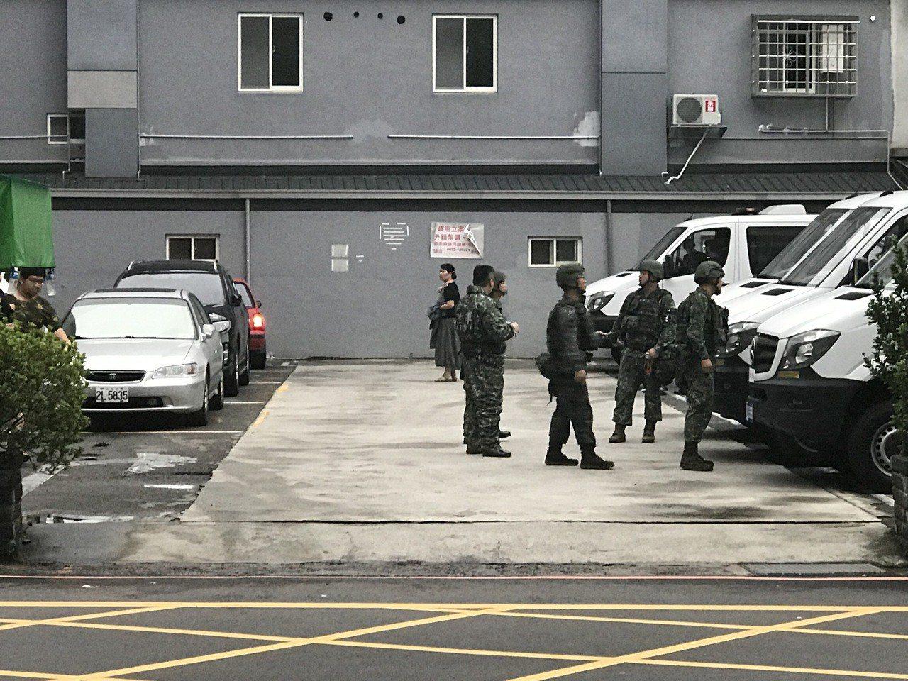 醫院的門口多名官兵進出。記者郭政芬/攝影