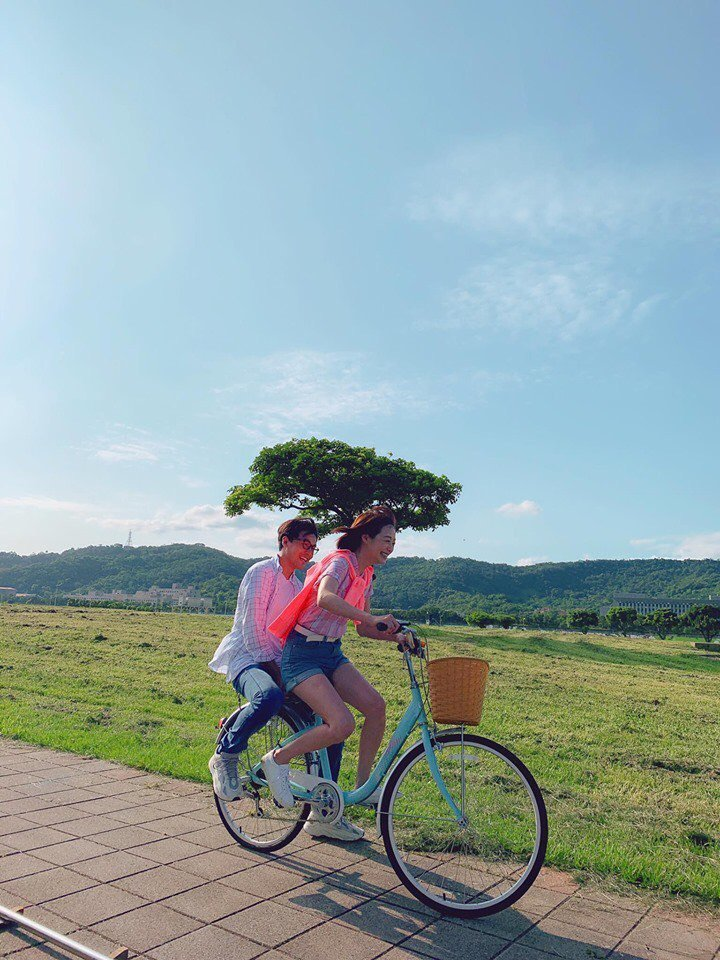 茵芙騎腳踏車載黃文星,累到幾乎沒力氣踩踏板。圖/民視提供