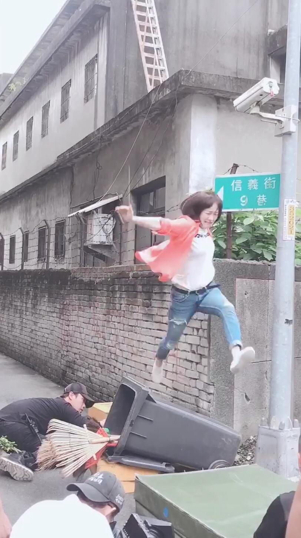 茵芙進劇組第一天就拍攝追搶匪戲。圖/民視提供