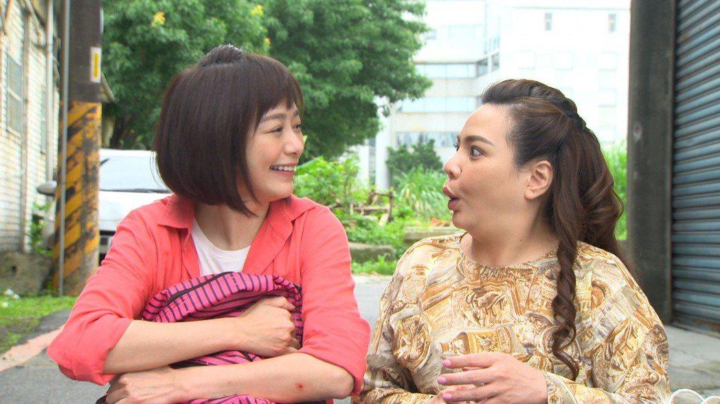 茵芙(左)進劇組第一天,拍攝一場幫小甜甜追搶匪戲。圖/民視提供