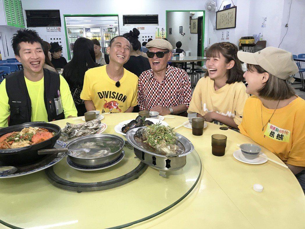 民視「綜藝新時代」請李炳輝(中)吃好料。圖/民視提供