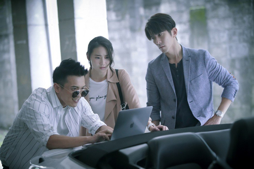 黃尚禾(左起)、姚以緹、修杰楷演出「浮士德遊戲2」。圖/福斯傳媒提供