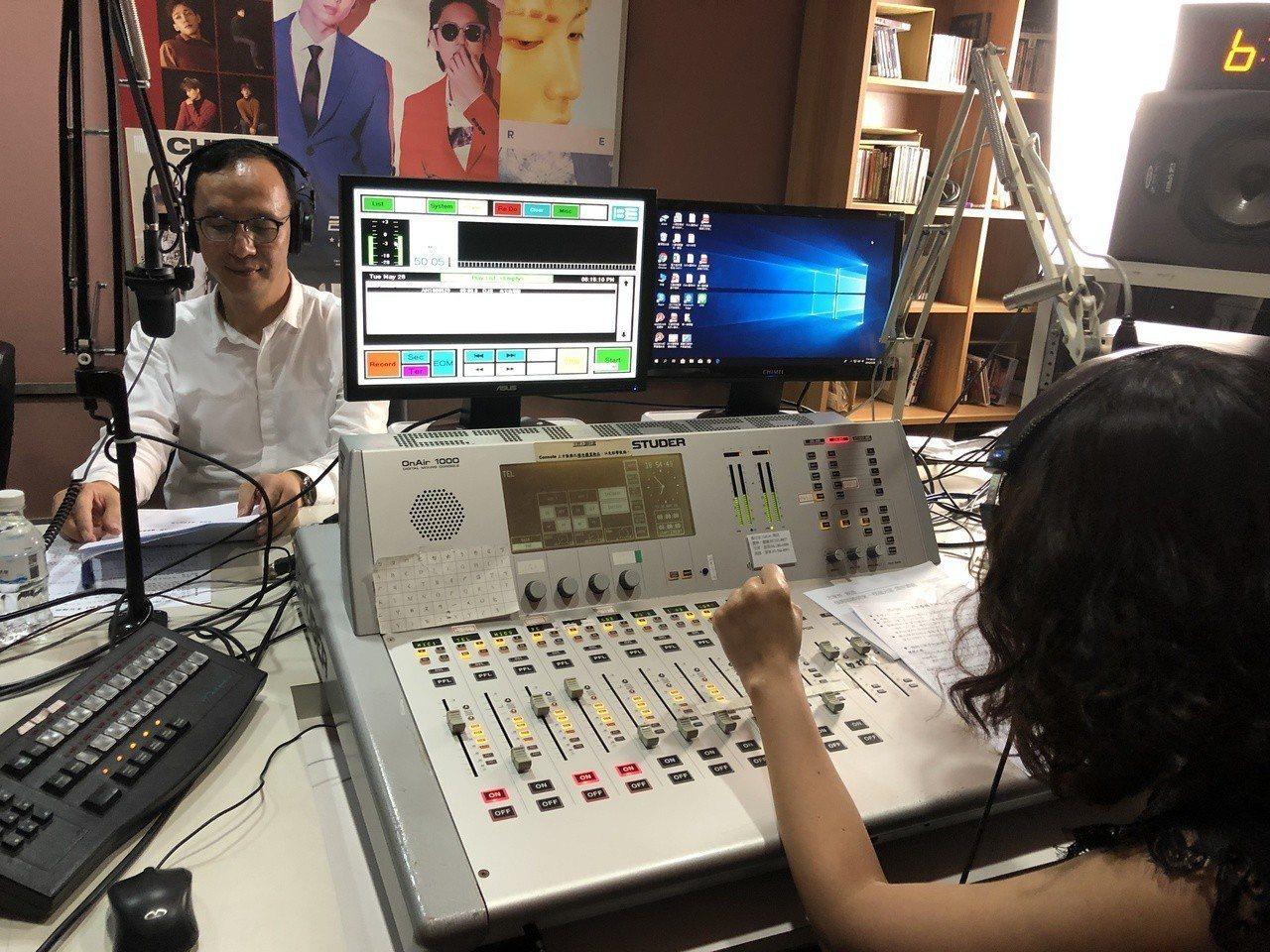 朱立倫晚間連跑嘉南廣播電台、A-Line Radio電台,接受訪問,爭取民眾支持...