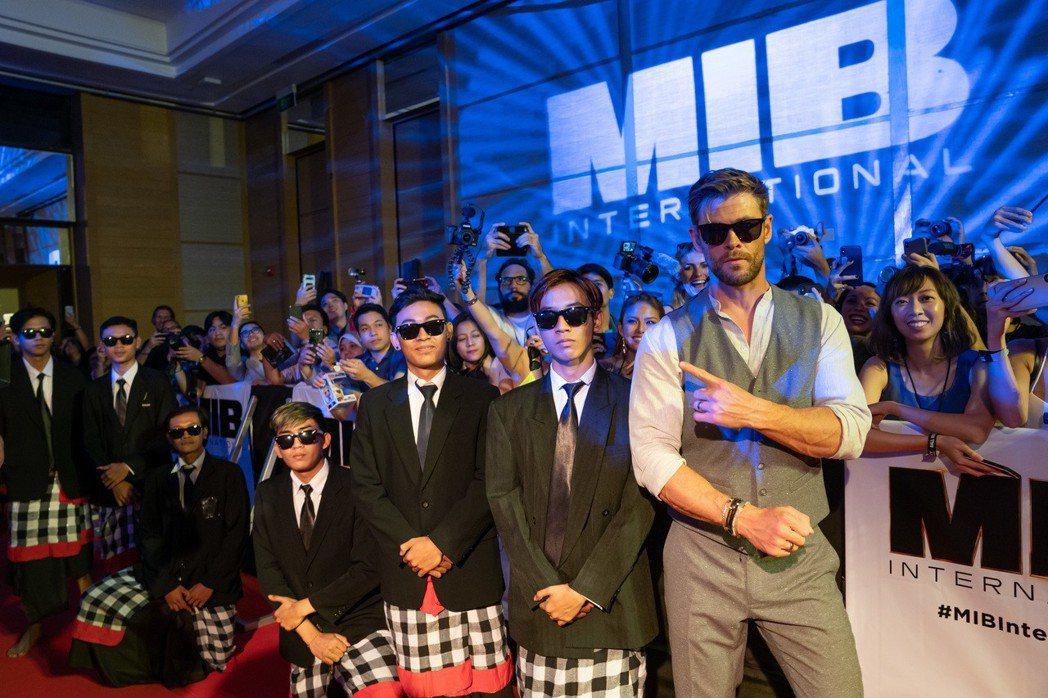 克里斯漢斯沃與打扮成MIB星際戰警的印尼舞者合影。圖/索尼提供
