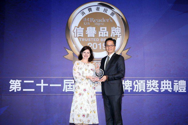 奇美家電總經理余泯樂(右)領取「信譽品牌」金獎。圖/奇美家電提供