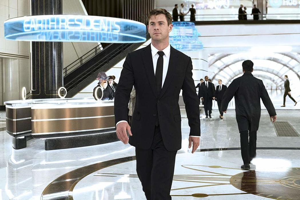 克里斯漢斯沃在「MIB星際戰警:跨國行動」造型帥氣迷人。圖/摘自imdb