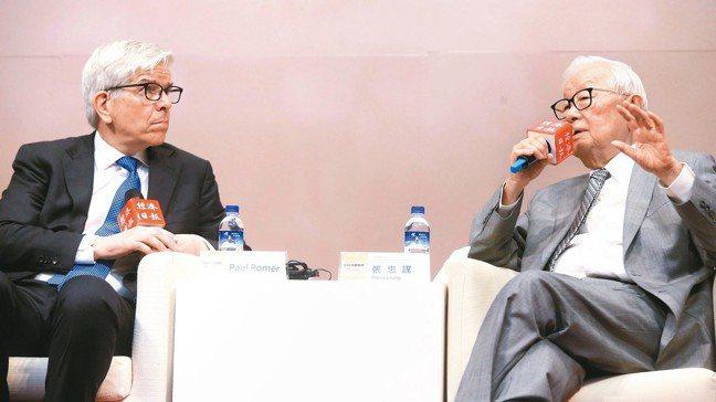 台積電創辦人張忠謀(右)與2018年諾貝爾經濟學獎得主羅默(左),對談科技創新與...
