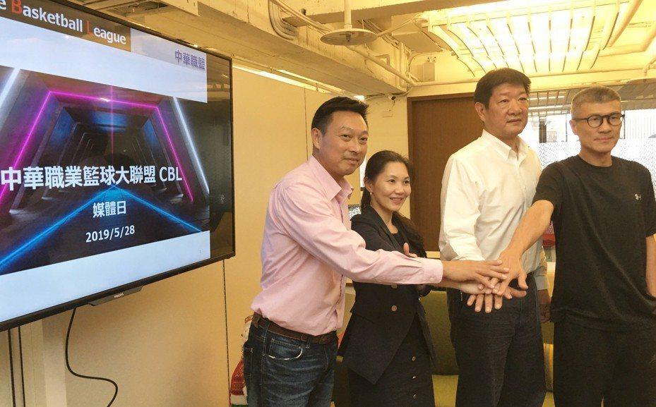 中華職籃CBL首度舉辦媒體見面會,由中華職籃聯盟秘書長唐旭鴻(左二)報告職籃進度。 記者曾思儒/攝影