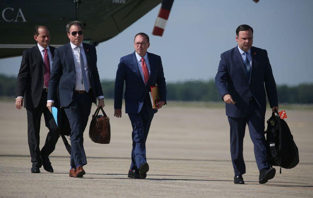 幾名白宮官員和幕僚準備走上空軍一號。CNN說,一些川普的幕僚現在很不喜歡跟他一起...