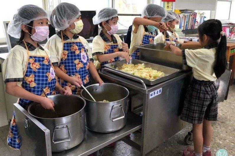 學校營養午餐對學生很重要,應速訂專法因應。 圖/聯合報系資料照片