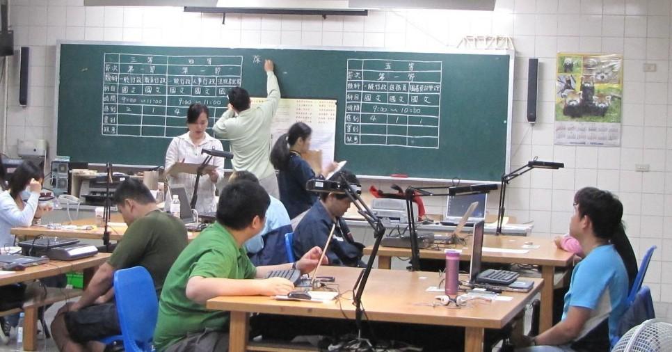國家考試對應考的視障者都會設特殊考場,並延長考試時間,放大試卡、試題供視障者考試...