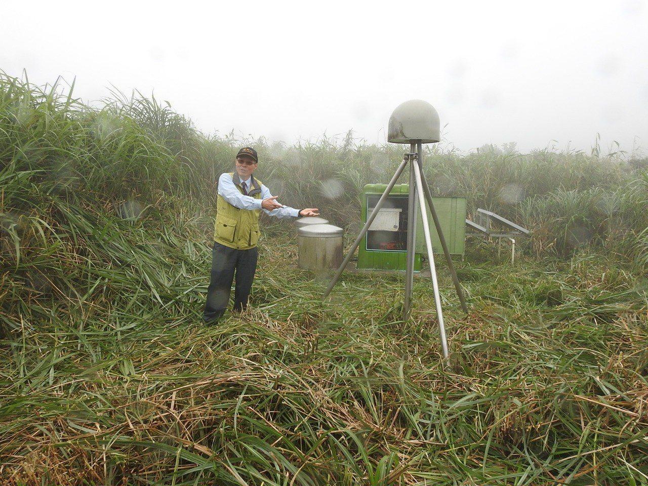 中研院研究員林正洪與地球物理監測儀。圖/科技部提供