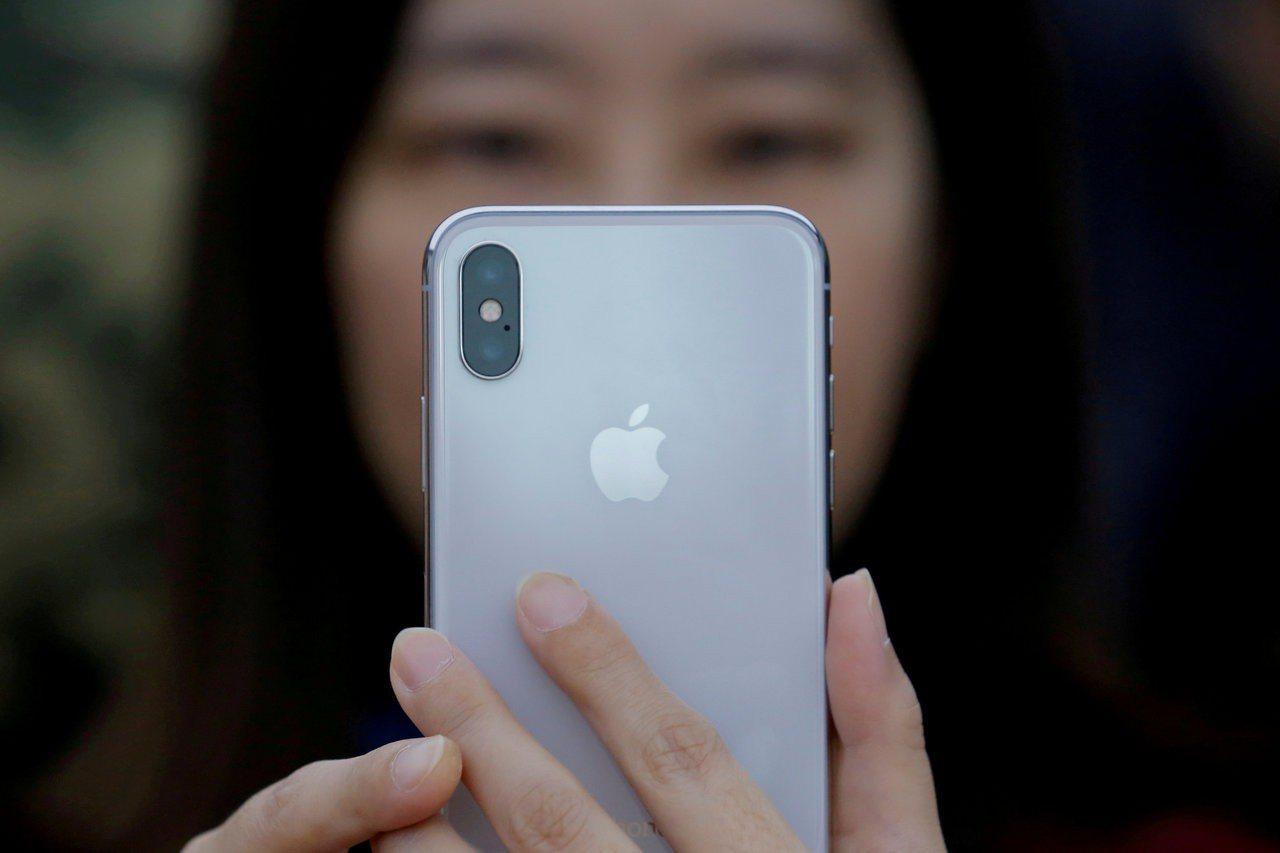 蘋果手機的震動系統需要稀土原料。 (路透)