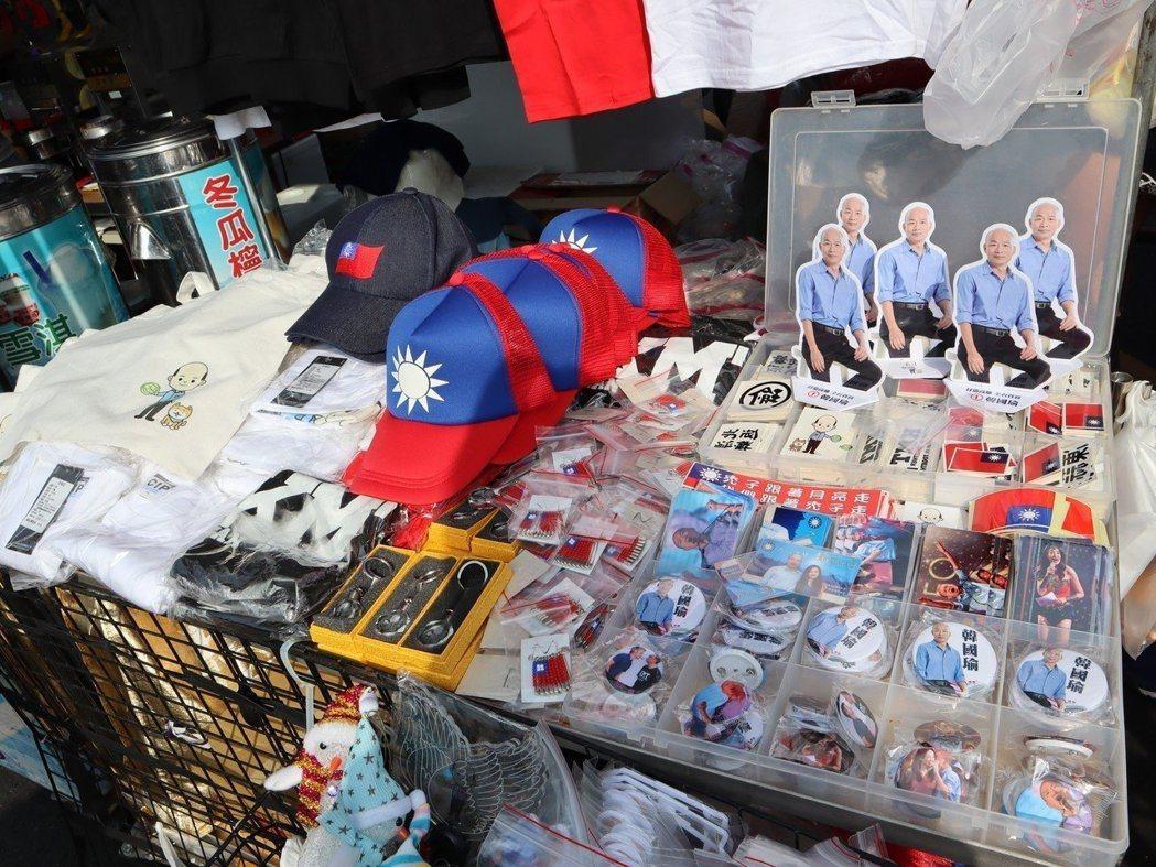 許多攤商販賣韓國瑜周邊商品,有貼紙、人形立牌、胸針、上衣等物。 記者張媛榆/攝影