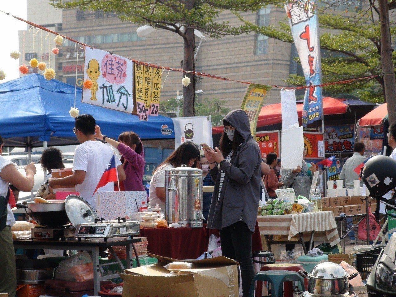 韓國瑜的太太李佳芬也成為攤商的宣傳招牌。 圖/聯合報系資料照片
