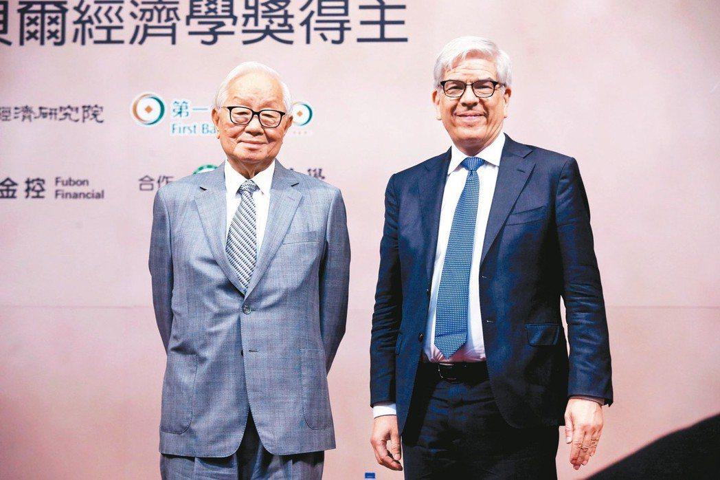 台積電創辦人張忠謀(左)