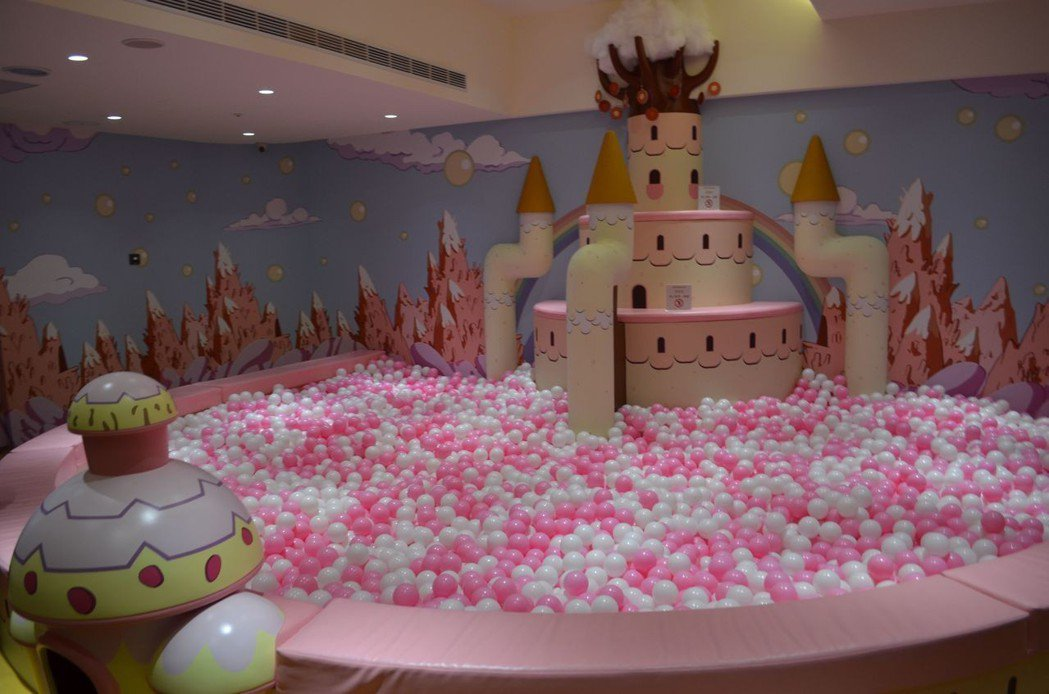 室內主題遊戲區趣味十足的泡泡池。  陳慧明 攝影