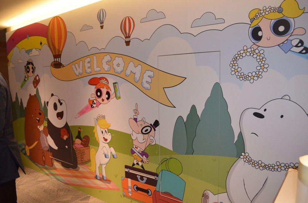 樓層廊道可看見卡通明星的身影。  陳慧明 攝影
