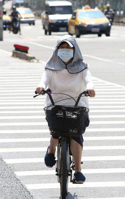 夏季腳步漸近,日曬造成的皮膚傷害風險提高,外出須注意防曬。圖/聯合報系資料照片