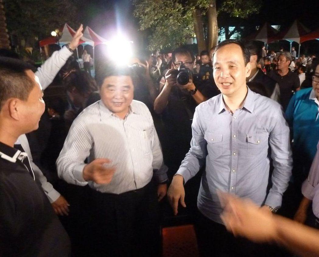 2015年10月,朱立倫(右)到雲林為總統大選固樁,張榮味(中)表態力挺。 圖/...