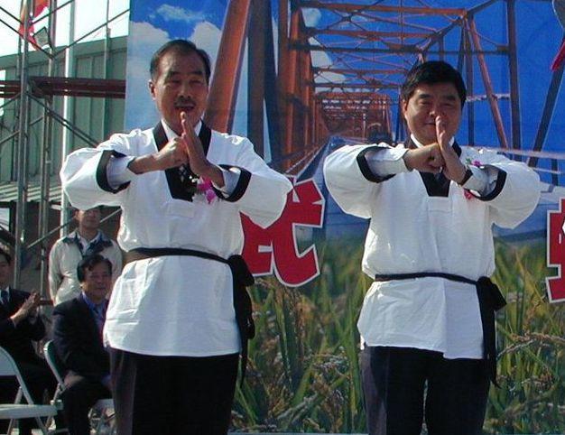 張榮味(右)和韓國瑜的岳父李日貴(左)交情好,照片攝於2003年。 圖/聯合報系...