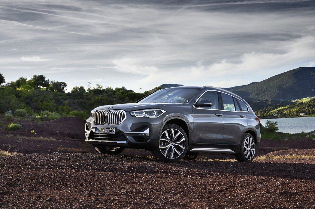 BMW X1 LCI一如預想的換上了「大鼻孔」雙腎形水箱護罩。 摘自BMW